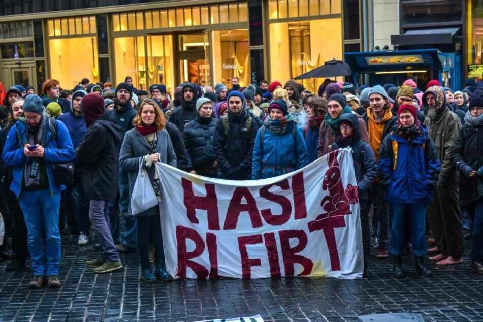 """Am 24. November hatten sich zahlreiche """"Hasi""""-Freunde in Halle versammelt, um gegen die Räumung zu demonstrieren."""