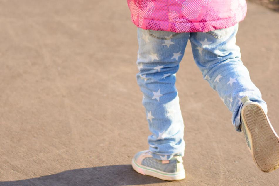 Dramatische Szenen: Mädchen (4) reißt sich los, rennt einfach auf Straße und wird von Auto erfasst