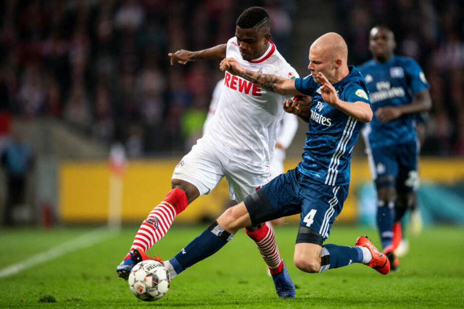 HSV-Abwehrkante Rick van Drongelen grätscht Kölns Angreifer Jhon Cordoba den Ball ab.