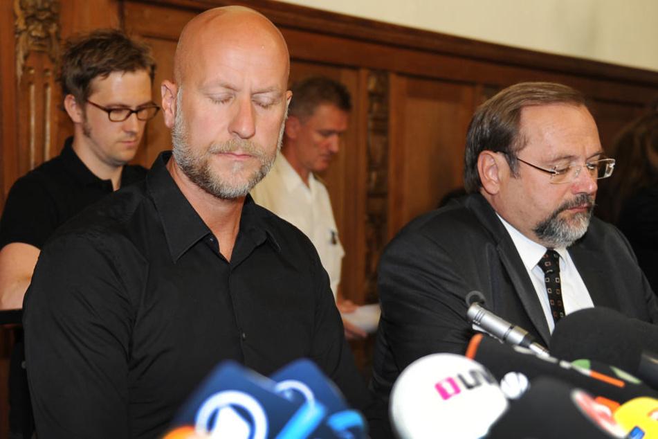Loveparade-Veranstalter Rainer Schaller (49, l) und der Duisburger Oberbürgermeister Adolf Sauerland (62, re) sitzen am 25.07.2010 in Duisburg bei einer Pressekonferenz.