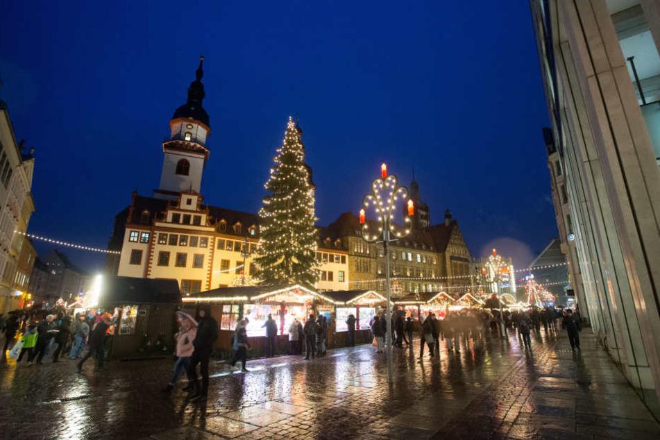 800 Lampen bringen die 70 Jahre alte Fichte auf dem Neumarkt zum Leuchten. Bis zum 23. Dezember darf in Chemnitz Glühwein geschlürft werden.