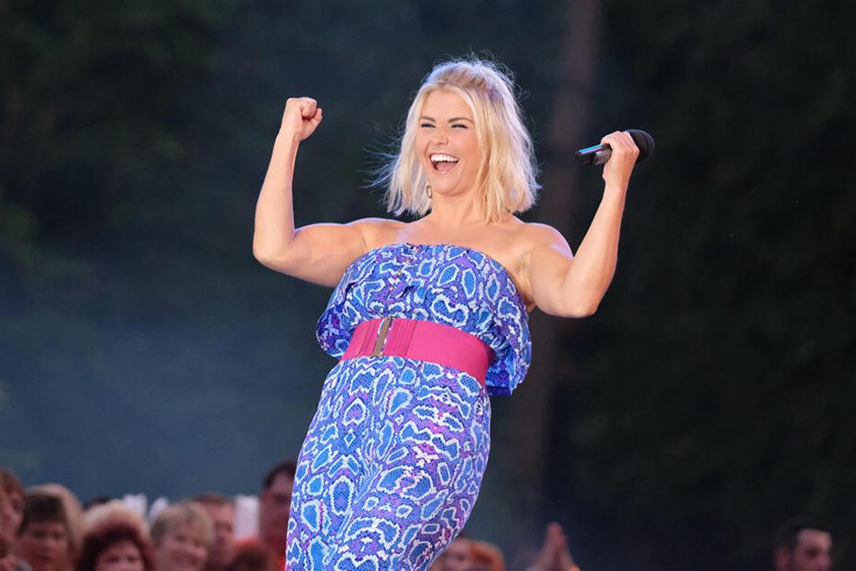 Beatrice Egli (30) voller Enthusiasmus auf der Bühne.