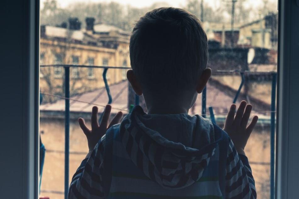 Unbemerkt war der kleine Junge auf die Fensterbank geklettert. (Symbolbild)