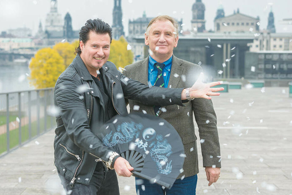 Magier Christian Farla (46) zaubert für Weihnachts-Circus-Direktor Mario  Müller-Milano (67) sogar Schneeflocken.