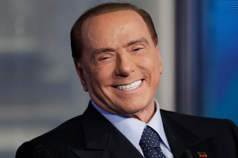 """Der italienische Ex-Ministerpräsident Silvio Berlusconi nimmt an der Fernsehensendung des italienischen Staatsfernsehens RAI """"Porta a Porta"""" (Tür zu Tür) teil."""