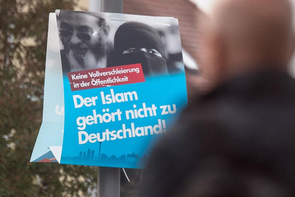 """Ein Wahlplakat der AfD mit dem Schriftzug """"Der Islam gehört nicht zu Deutschland"""" im bayrischen Deggendorf. Hier holte die AfD 19,2 Prozent."""