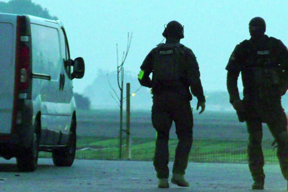 Das Foto zeigt SEK-Beamte am Freitagmorgen im südhessischen Dieburg.