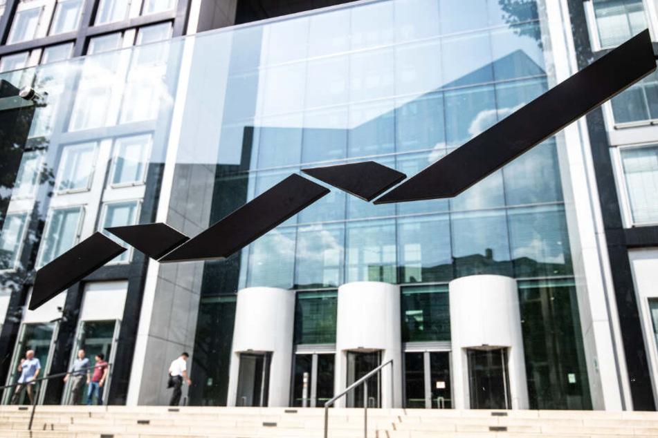 Das Logo der Deutsche Börse Group ist auf einer gläsernen Wand vor der Unternehmenszentrale in Eschborn zu sehen.