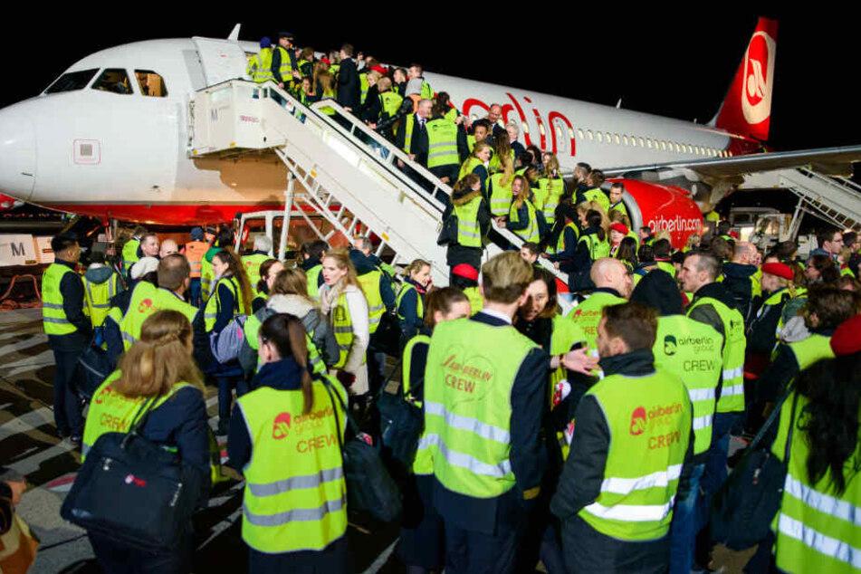 Mitarbeiter beim letzten Flug vor einem Jahr in Berlin-Tegel.