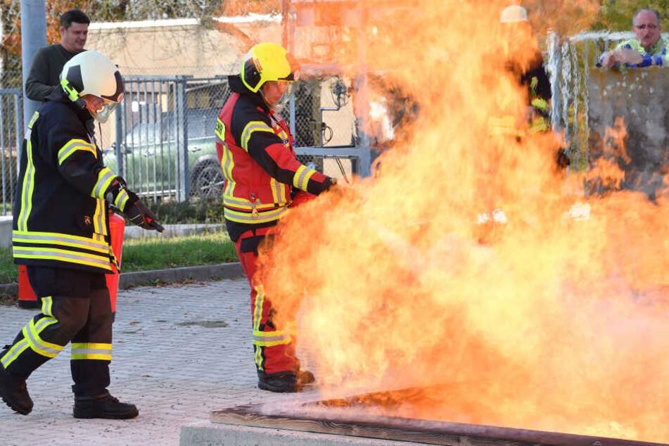 Chemnitz: Wie löscht man einen Gasbrand? Riesige Übung mit über 100 Feuerwehren in Freiberg