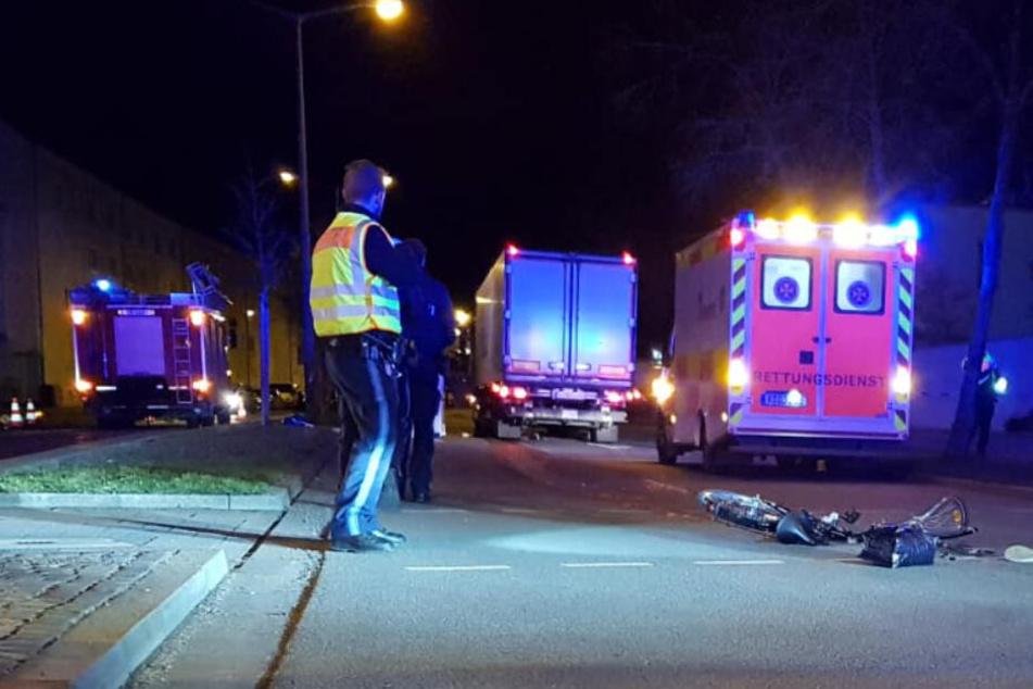 Tödlicher Unfall: Radfahrerin wird von Laster erfasst und 50 Meter mitgeschleift