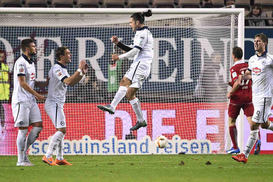 Das letzte Auswärtsspiel in Kaiserslautern ging 2:0 für die Arminia aus. Hier trifft David Ulm zum 1:0 per Foulelfmeter.