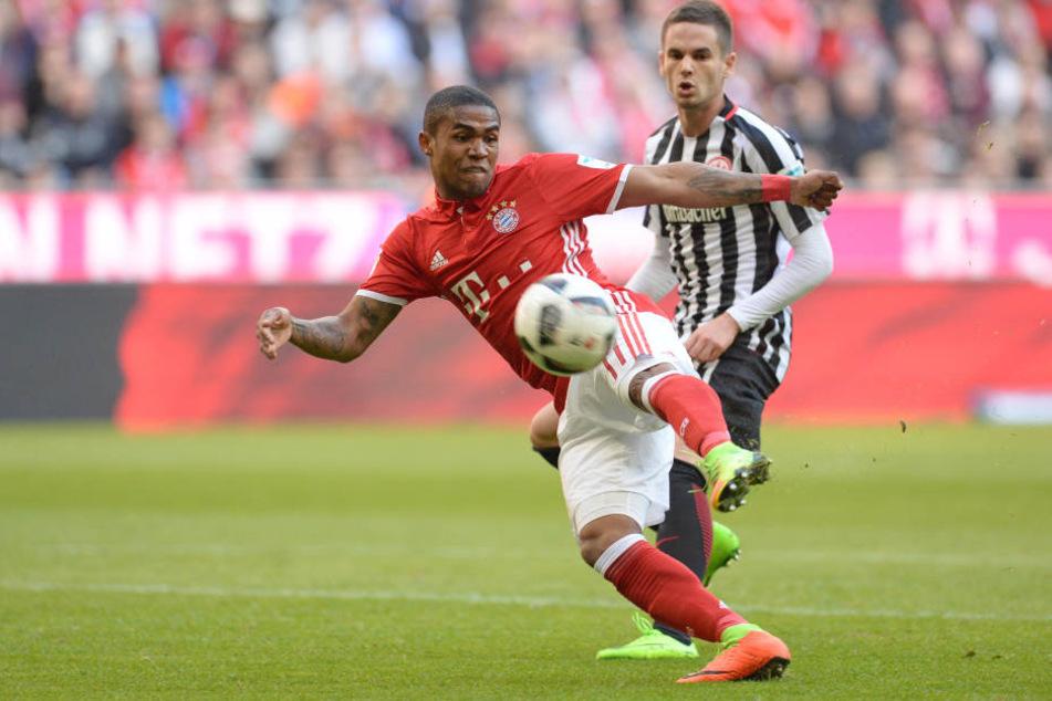 Douglas Costa trifft mit seinen Bayern auf Real Madrid.