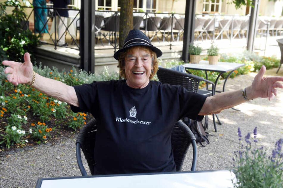 Tony Marshall sitzt im Brenners Park- Hotel & Spa.