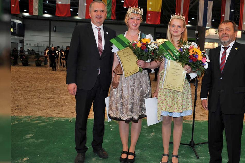 Milchkönigin Anna Pabel (23, l.) und Milchprinzessin Sabine Eidam (22) wurden gestern vom Bauernverband in Leipzig gekürt.