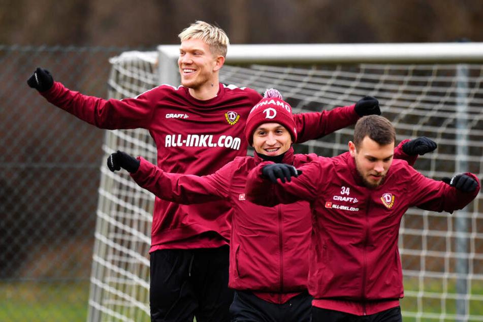 Ein lachendes Trio, das sich größenmäßig nicht zwingend auf Augenhöhe befindet. 2,01-Meter-Mann Simon Makienok läuft hinter den etwas kleineren Mannschaftskollegen Justin Löwe (v.) und Baris Atik.