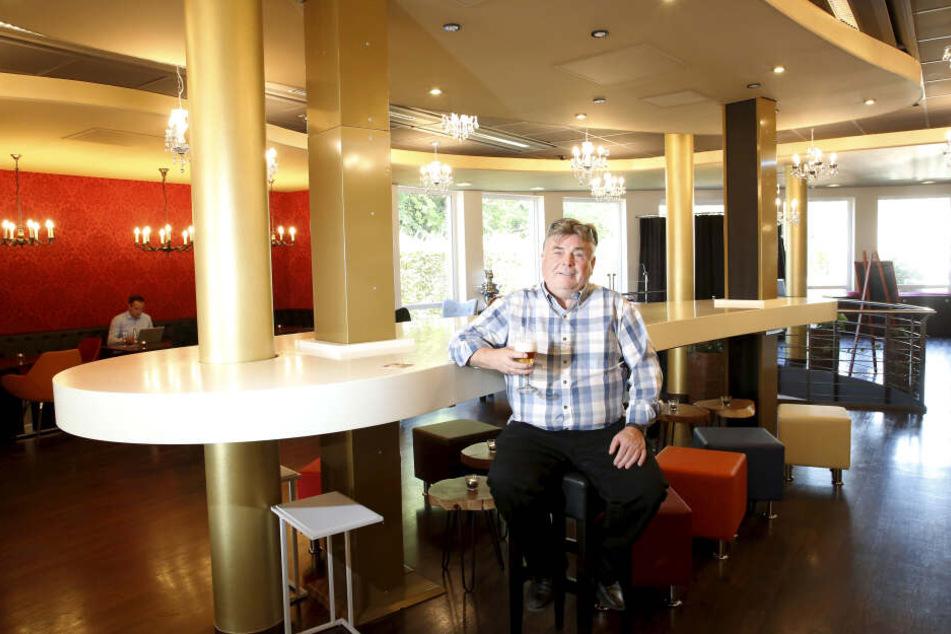 """Martin Sauer (68) nimmt an seinem """"Zaubertisch"""" Platz. Die Höhe der Tischplatte ist variabel."""