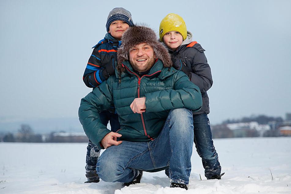 Er zog Noah (3) aus dem eiskalten Wasser: Familienvater Ruslan Geier (38) mit  seinen beiden Söhnen Alexander (9, r.) und Arthur (8).