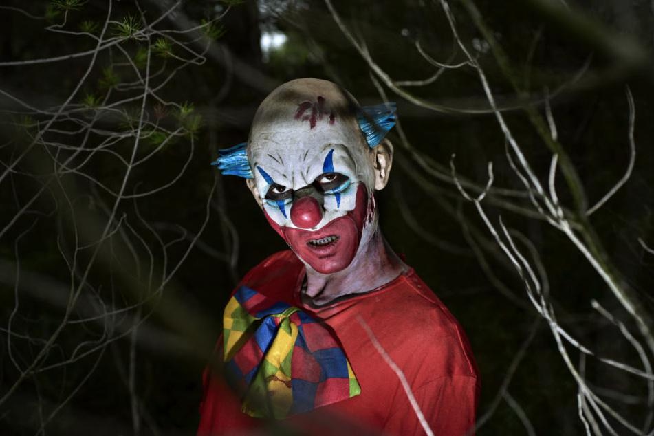 Der Autofahrer musste den Horror-Clowns ausweichen und baute einen Crash. (Symbolbild)