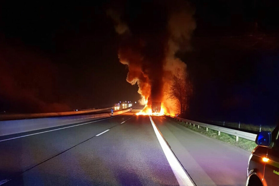 Der Laster hatte auf dem Standstreifen gestanden, fing plötzlich an zu brennen.
