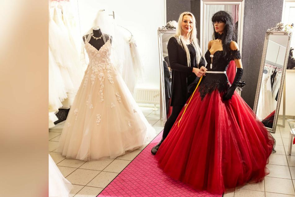 """Weil die Modelle im Brautmodeladen """"Kleiderwahnsinn"""" selbst gefertigt werden, darf Ina Riedel (41) ihr Atelier öffnen."""