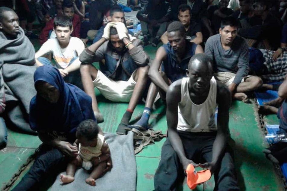 Migranten sitzen an Bord des Containerschiffes Nivin. Sie weigern sich, das Schiff zu verlassen.