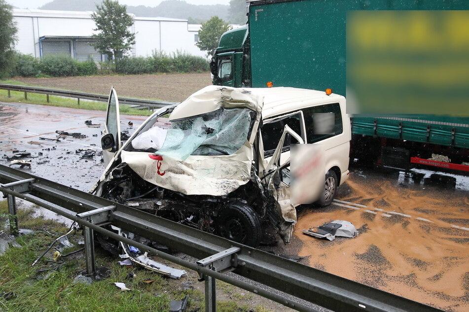 Tödlicher Unfall auf der B80 bei Arenshausen im Eichsfeld: Ein Taxifahrer (61) kollidierte frontal mit einem Laster.