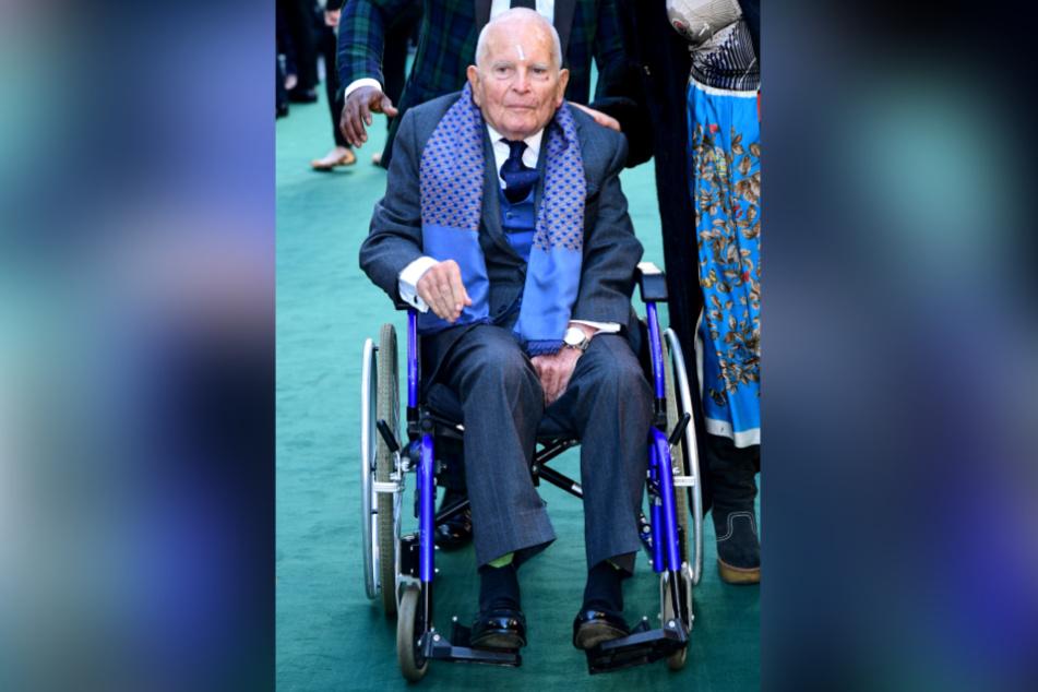 "2019: Ian Holm kommt im Rollstuhl zur Premiere des Films ""Tolkien"" im Kino Curzon Mayfair in London."