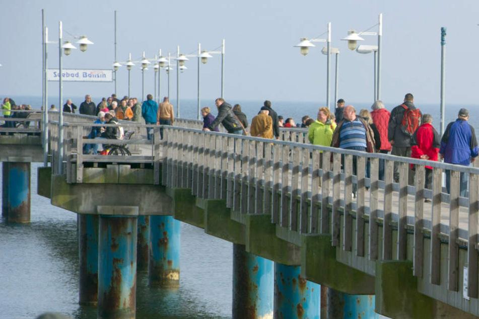 Gegen 14.26 Uhr ging bei der Einsatzleitstelle in Neubrandenburg die Meldung über die leblose Person an der Bansiner Seebrücke ein.
