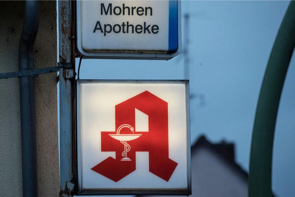 """Ein Anlass für die Kritik der KAV: Das Foto zeigt das Leuchtschild der """"Mohren-Apotheke"""" in Frankfurt."""