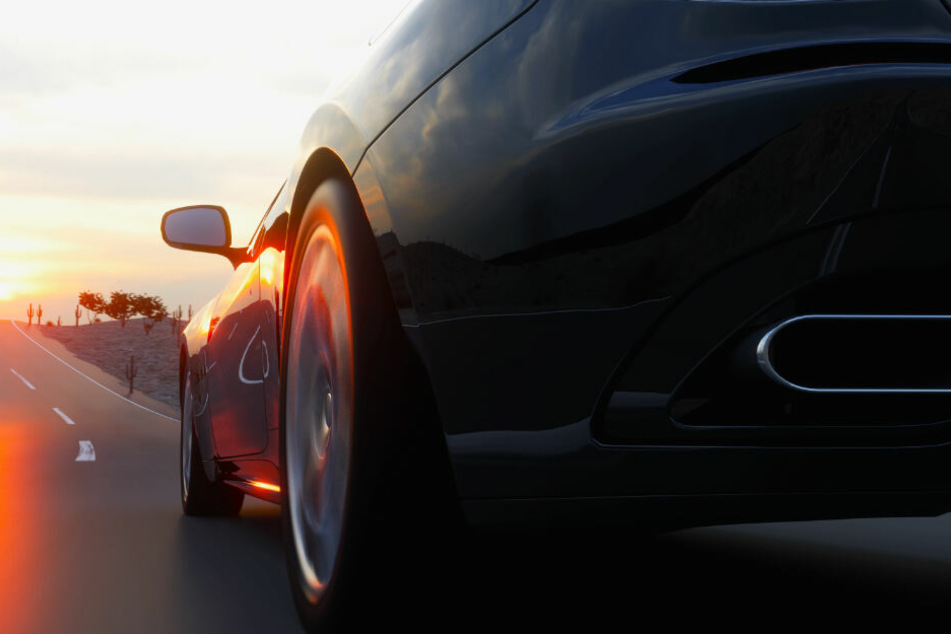 Der Porsche-Fahrer machte die Landstraße zur Rennstrecke. (Symbolbild)