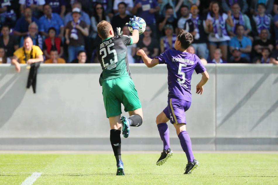 Brenzlige Situation in der ersten Hälfte: Dynamo-Keeper Marvin Schwäbe versucht, vor Clemens Fandrich an den Ball zu kommen.