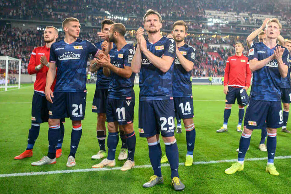 Die Mannschaft feiert nach dem Schlusspfiff mit den Fans.