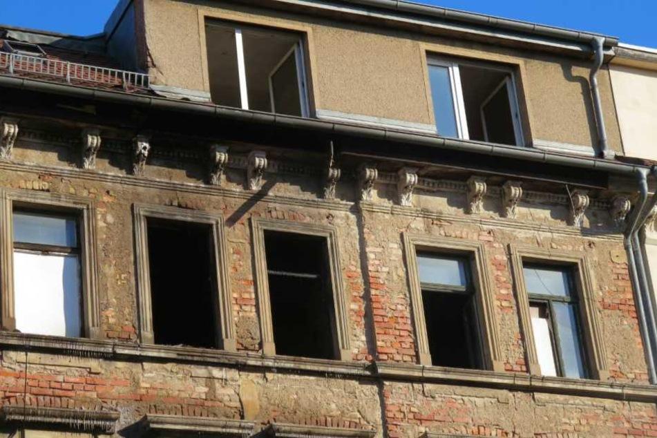 In dem leerstehenden Haus, dessen dritte und vierte Etage brannte, wurde ein obdachloser Mann schwerverletzt gefunden.