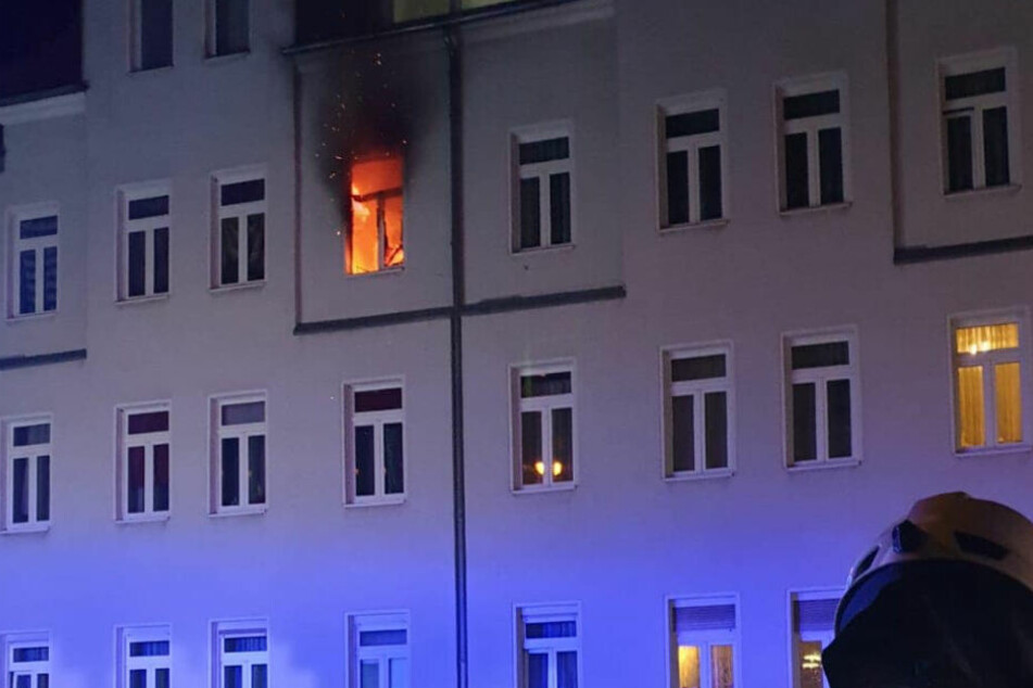Nach einem Brand in Naumburg mussten eine Mutter und ihr Kind ins Krankenhaus gebracht werden.