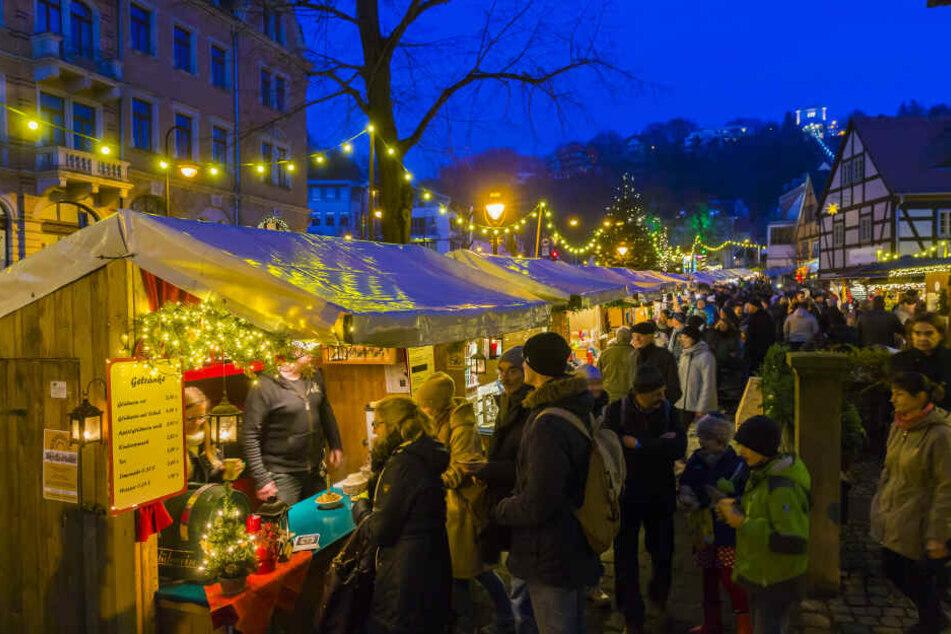 Der Weihnachtsmarkt in Loschwitz überzeugt mit seinem urigen Charme.