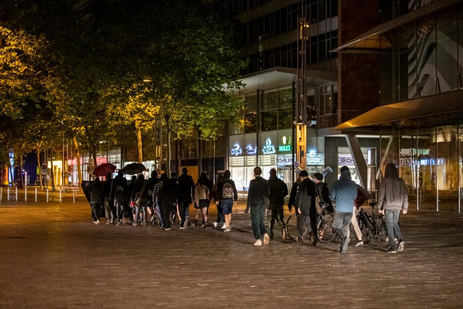Insgesamt waren ungefähr 30 Menschen am Sonntagabend gemeinsam unterwegs.