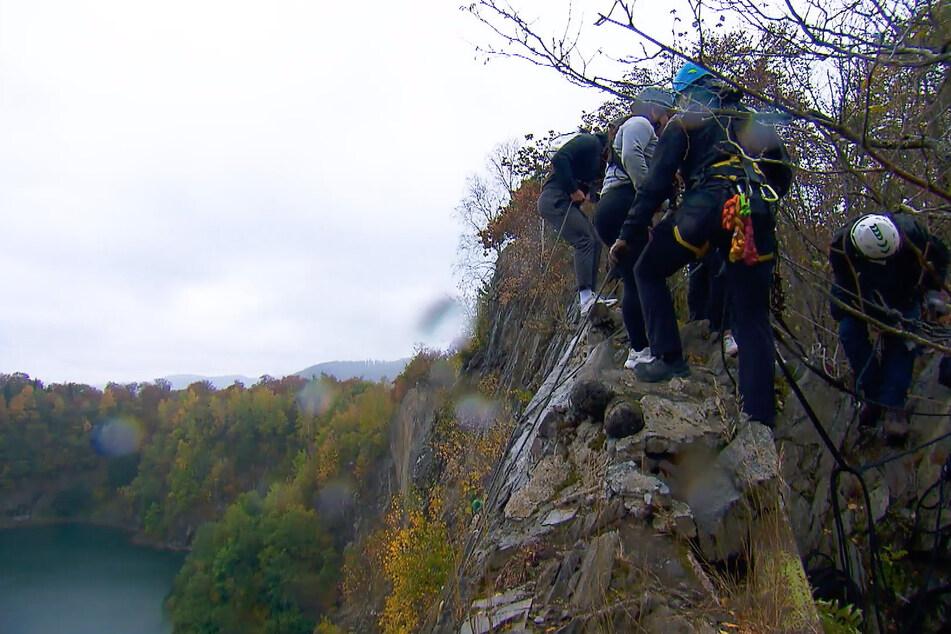 """Vom """"Money Mountain"""" müssen sich die Finalisten nach erfolgreichem Erklimmen aus luftiger Höhe gemeinsam abseilen."""