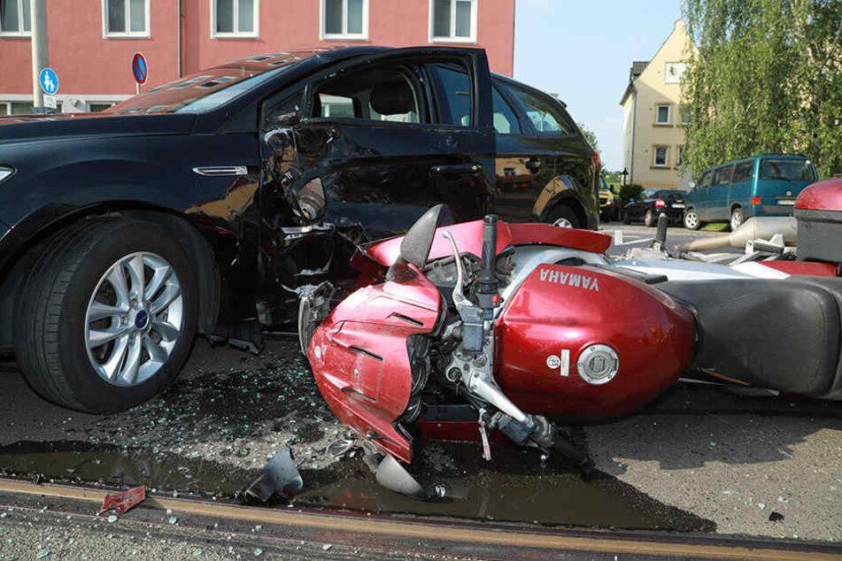Ein Motorradfahrer konnte nicht mehr bremsen und krachte gegen einen Ford.