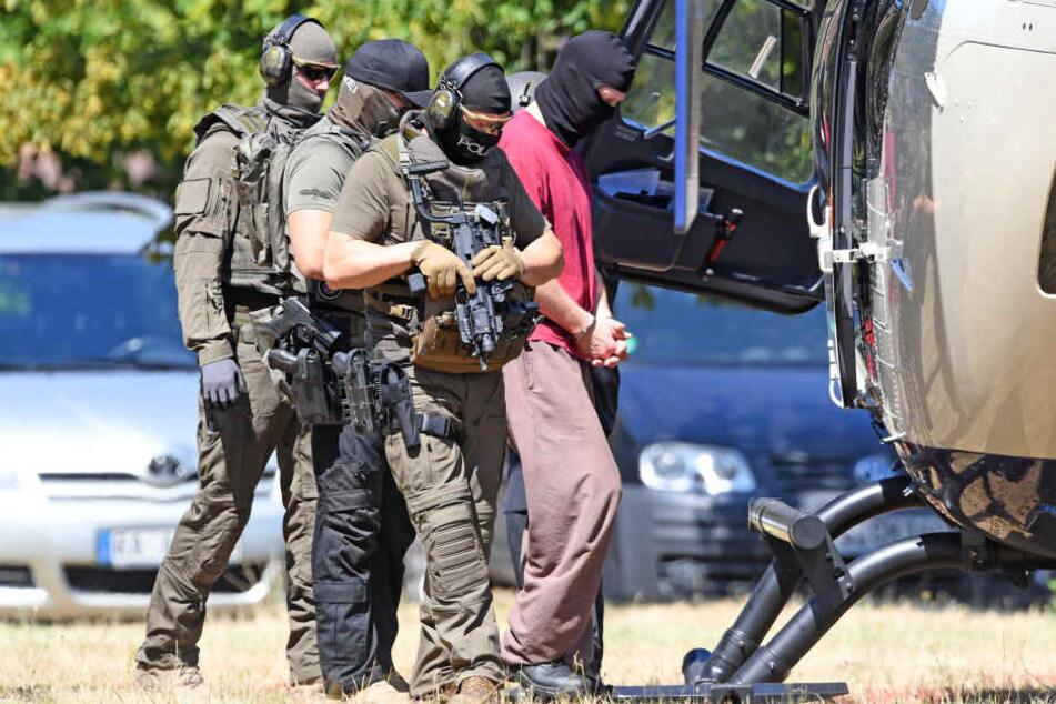 Der tatverdächtige Stephan E. (Re.) während des Transports zu einem Haftprüfungstermin vor dem Bundesgerichtshof.