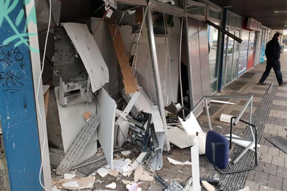 Der von außen bedienbare Automat wurde komplett zerstört.