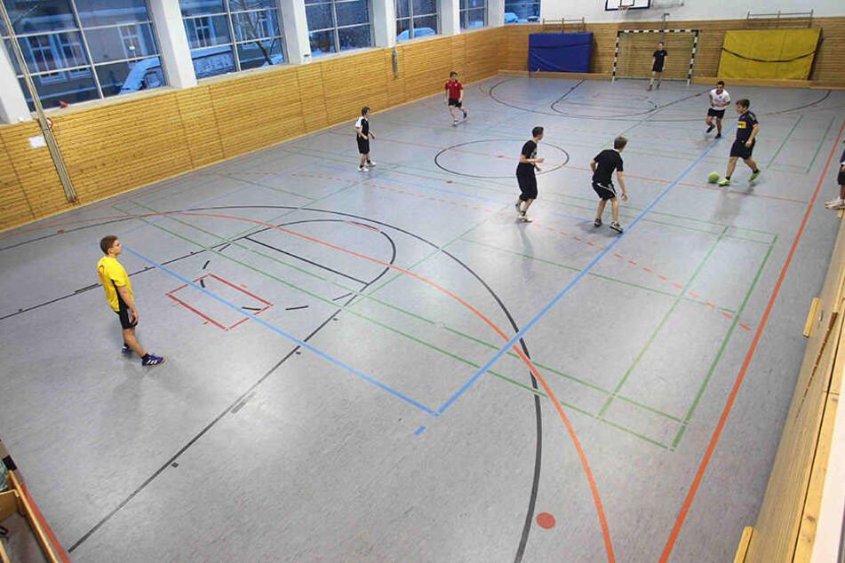 Sportunterricht, wie er sein sollte. Schüler spielen gegeneinander Fußball.