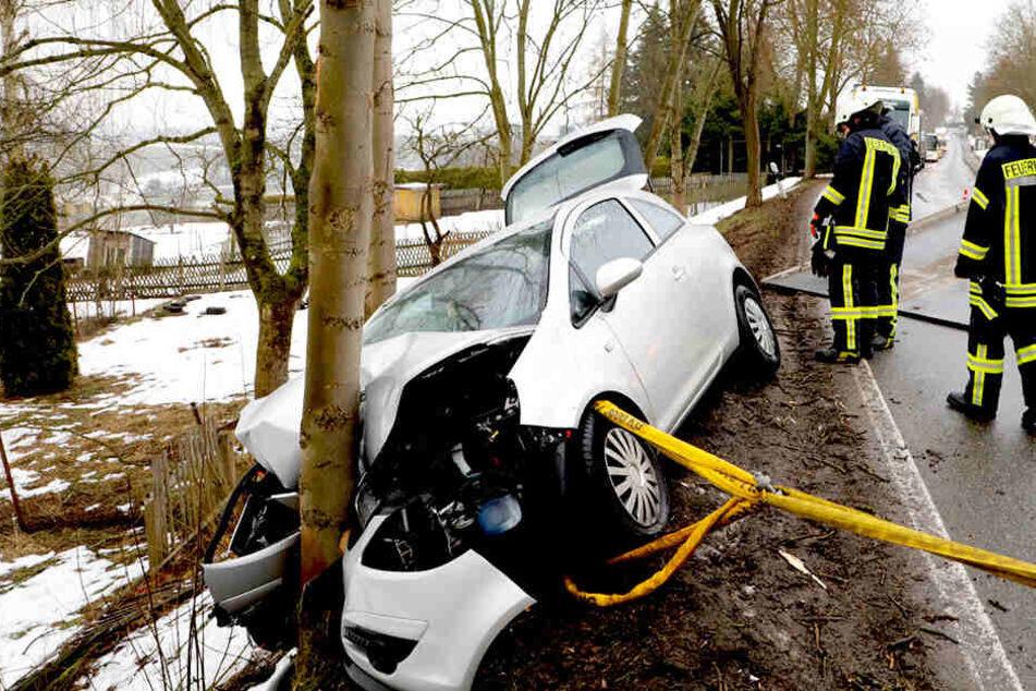 Auto kracht gegen Baum und steht gefährlich am Abhang: Fahrer schwer verletzt