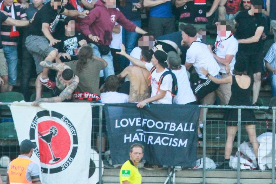 Einige Fans von Viktoria Köln gingen während des Spiel aufeinander los.