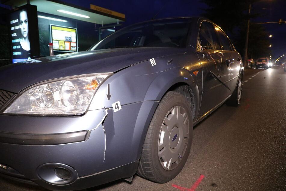 Der Ford Mondeo hat an der Fahrerseite einigen Blechschaden erlitten, außerdem wurde der Seitenspiegel abgerissen.