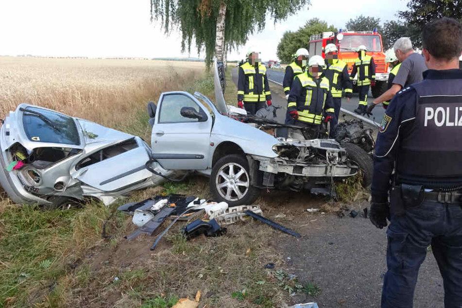 Schlimmes Bild für die Rettungskräfte an der Unfallstelle: Der Renault liegt in zwei Teile gerissen neben der Straße.
