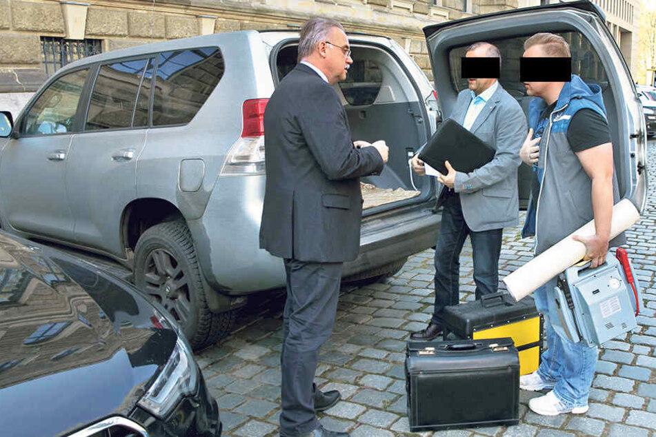 Pfandrückgabe vor Gericht: Im Beisein von Anwalt Peter Zill (links) bekam  Felix W. (33, r.) seinen Werkzeugkoffer von Steffen B. (54).