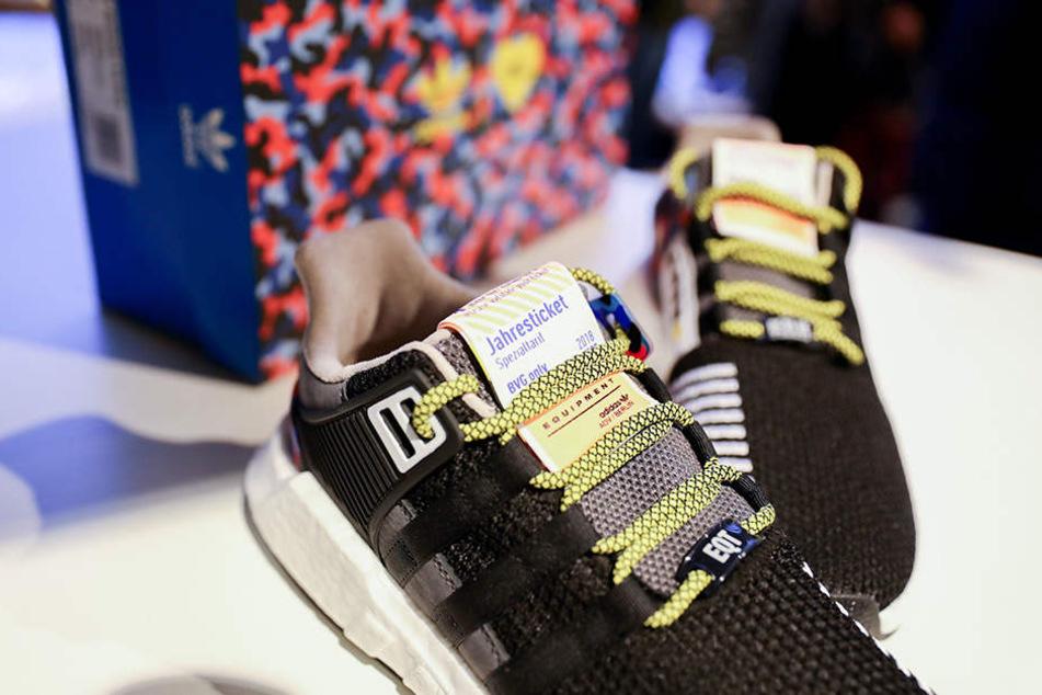 Die heißbegehrten BVG-Sneaker mit dem Jahresticket.
