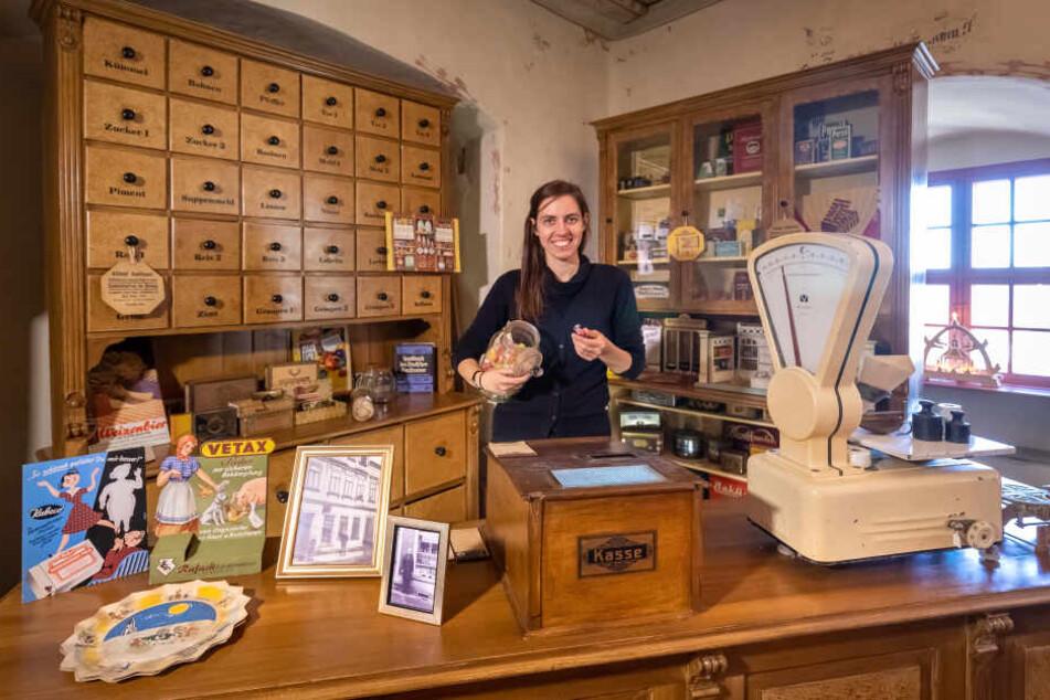 Museumsleiterin Tina Reitz (30) zeigt eine im Original erhaltene Ladeneinrichtung eines Kaufmannes aus der Stadt von 1900.