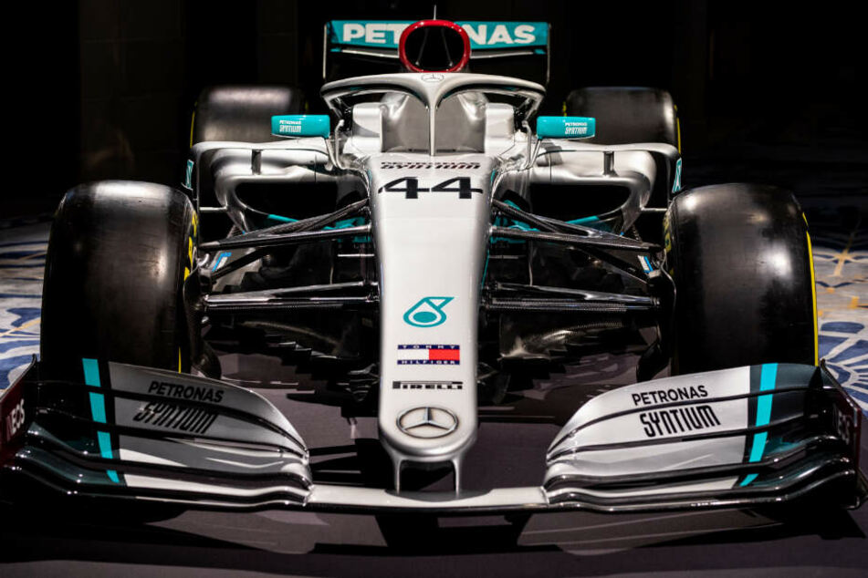 Der neue Mercedes-Renner hat dank Sponsor Ineos auch einige rote Farbtupfer.